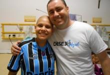 Vitória faz tratamento no Hospital da Criança Santo Antônio. Se sentiu feliz e realizada ao receber do voluntário Leandro Batista Bilo o uniforme completo do Grêmio. Seu desejo foi realizado.