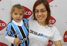 Monique tem 6 anos e faz tratamento na AACD. Comemorou a vitória do seu Tricolor hoje com o uniforme completo que ganhou da voluntária Gabriela Cafrune.