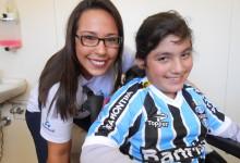 Stefany não poderia ter ficado mais feliz e alegre com seu uniforme completo do Tricolor. A menina que faz tratamento na AACD nunca havia ganho uma camiseta do Grêmio algo que foi proporcionado com a colaboração da voluntária Rochelle Borges.