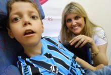 Matheus foi o grande eleito da semana para ganhar um dos seus grandes desejos, o uniforme completo do Grêmio. O menino que faz tratamento na AACD era só felicidade enquanto abria a caixa com o presentão levado em mãos pela voluntária Lisânea Azevedo