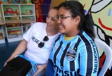 Gabrielen tem 13 anos e faz tratamento no Educandário São João Batista. Seu desejo era ganhar uma camiseta oficial do seu Grêmio personalizada com seu nome. E com a colaboração da voluntária Vera Regina Martins levamos até a menina que ficou feliz da vida com seu presente tricolor.