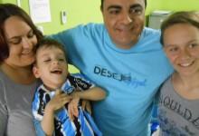 Arthur faz tratamento na Cerepal. É um gremistão assim como toda sua familia. O sangue azul fala mais alto. Arthur queria uma camiseta oficial do Grêmio personalizada com seu nome e recebeu do voluntário Daniel Arena.
