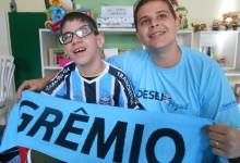 Luis Felipe tem 8 anos e faz tratamento no Educandário São João Batista. É um tricolor fanático. Por isso pediu e ganhou com a colaboração do voluntário Pedro Weber uma camiseta oficial personalizada e uma manta do Imortal !