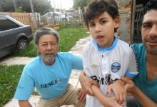 Brunno tinha um desejo. Um desejo azul. Queria ganhar uma camiseta do Grêmio oficial para vibrar com o seu time do coração. E com a colaboração do voluntário Edemar Nogueira dos Passos fomos até à casa do menino para entregar esse presentão.