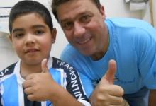 Olha ai o Luis Felipe todo orgulhoso vestindo a camiseta Tricolor. O menino que tem nome de campeão faz tratamento na AACD e ganhou este presentão azul do voluntário Marcelo Rospide.