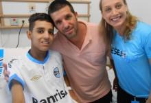 Ismael é um guerreiro, um bravo. Assim como o Grêmio seu time do coração luta até o último minuto para vencer. Ismael estava entusiasmado e vibrou muito com a camiseta do Tricolor personalizada com seu nome que ganhou da voluntária Rafaela Lampert.