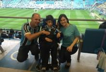Foi uma tarde especial para o Leonardo. Pela primeira vez ele foi ver o seu Grêmio jogar na Arena. E começou bem com uma grande vitória sobre o Flamengo. A ação contou com a colaboração da voluntária Michele Klauck.