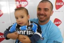 Bernardo tem três anos e faz tratamento na AACD. É fanático pelo Grêmio, assim como o pai e seu avó. Bernardo queria a camiseta oficial do Grêmio. E quem proporcionou esta alegria a este pequeno gremista foi o voluntário Marcus Pereira.