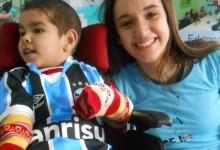 Thiago tem 6 anos e faz tratamento na CEREPAL. Há muito tempo estava ansioso esperando pelo sua camiseta do Grêmio. E hoje o dia chegou. Graças a voluntária Bárbara Belmonte ganhou este presentão azul !