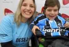 É bom ser gremista não é mesmo Dyonathan ! O menino irradiava felicidade e alegria ao receber a camiseta do Grêmio da não menos alegre e feliz voluntária Giséle Kumpel que ajudou a proporcionar este bonito momento azul na vida deste menino.