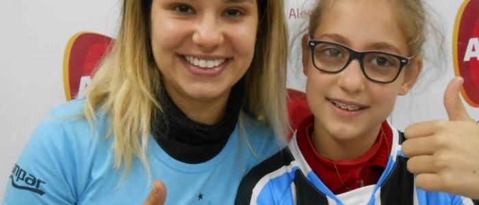 Desirée faz tratamento na AACD. Seu desejo além de ir a um jogo do Grêmio na Arena era ganhar uma camiseta tricolor com seu nome personalizado. E com a colaboraçao da voluntária Luiza Barbosa levamos até à menina este presentão azul.
