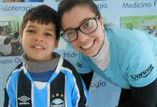 Igor faz tratamento na CEREPAL. Ao ganhar sua camiseta da voluntária Anajullia disse que vai fazer a estreia no jogo contra o Galo no domingo. É isso ai Igor, força e fé no tratamento e no Grêmio.