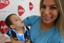 Eduardo tem 3 anos e faz tratamento na AACD. Foi o primeiro gremista a receber o manto tricolor já como pentacampeão. A cada dia ele apresenta progresso no seu tratamento e vai vencer como o Grêmio. A ação contou com a colaboração da voluntária Rita Brescovici.