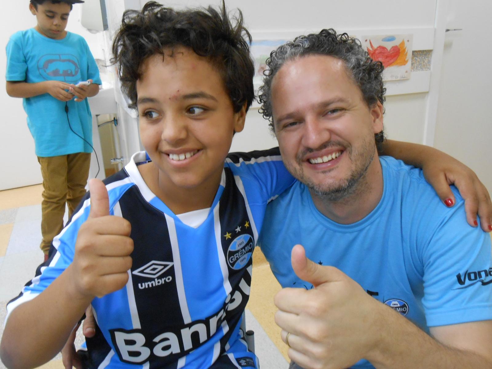 Emanueli é de Fagundes Varela / RS e faz tratamento no Hospital Conceição. É uma menina de 9 anos dona de um largo sorriso cativante. Alegre e otimista vai como boa gremista que é ganhar essa batalha. Emanueli ganhou sua camiseta oficial do Grêmio personalizada do voluntário Lurlan Teixeira.