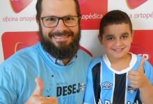 Eikon faz tratamento na AACD. É um torcedor fanático do Grêmio. Sabe escalação, conhece a história do clube , vibra e comemora como poucos as vitórias do Tricolor. Eikon desejava uma camiseta oficial do Imortal e ganhou com a colaboração do voluntário Fábio Floriani.