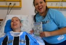 Gabriel tem 16 anos e faz tratamento no Hospital da Criança Santo Antônio. É um gremistão de verdade ! Até seu cobertor no quarto era do Grêmio. Acompanha e vibra muito em cada jogo do tricolor. Gabriel ganhou um DVD e uma camiseta oficial personalizada com seu nome da voluntária Priscila Aguiar.