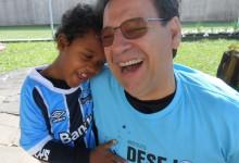 Felipe faz tratamento na APAE de Canoas. O desejo do menino era ganhar uma camiseta oficial do Grêmio. O que foi possível graças a colaboração do voluntário Gilmar Moschen. Agora com a camiseta do timão e líder do brasileirão o menino é só felicidade a alegria