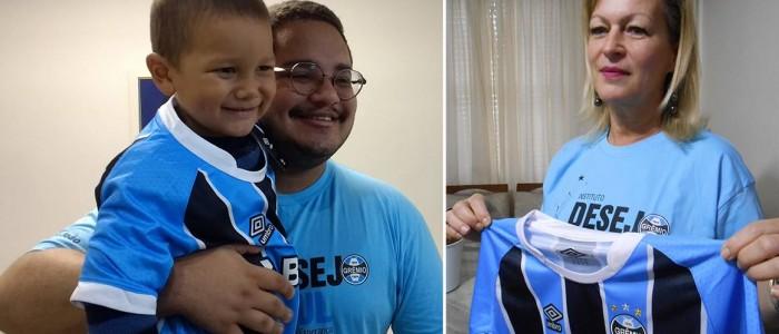 Saymon faz tratamento na Turma do Ique em Santa Maria . Para a camiseta do Grêmio chegar até ele foram acionados a voluntária Loraine Pereira em Porto Alegre que enviou pelos Correios o presente, e em SM o voluntário Alex Mendes que entregou nas mãos do menino este presentão.