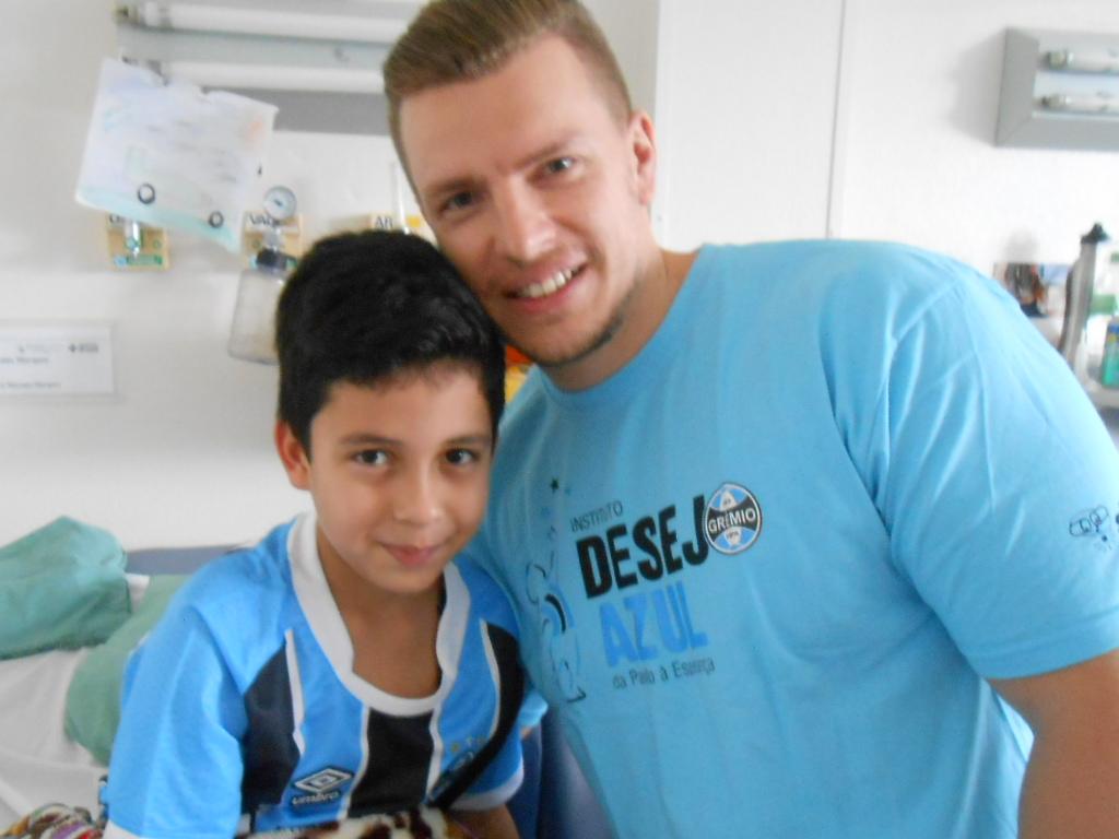Artur faz tratamento no Hospital São Lucas da PUC. Além de nome de craque ele tem o principal, o espírito guerreiro, bravo, lutador de vencedor presente em todos os gremistas. Artur ganhou sua camiseta oficial do Grêmio do voluntário Marcos Peruzzo.