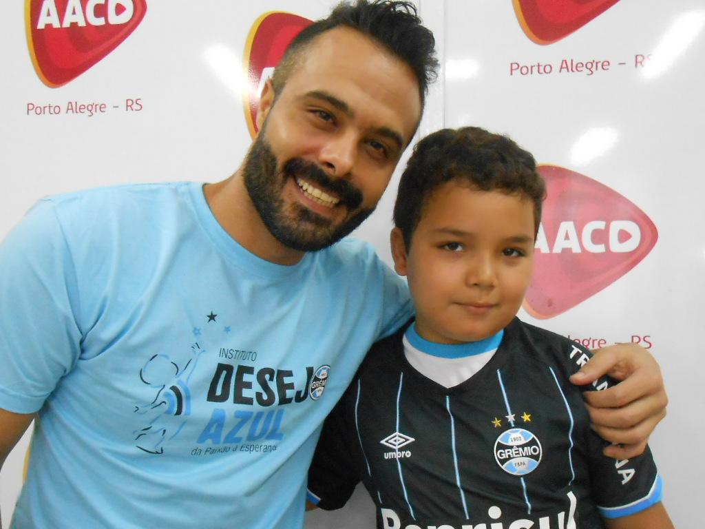 Cauã tem 9 anos e faz tratamento na AACD. Assim como a sua mãe o menino é fanático pelo Grêmio. Não perde de assistir um jogo sequer. O menino que estava acompanhado da sua avó no momento da ação ganhou a camiseta do Grêmio do voluntário Diego Calin.