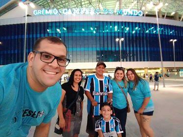 Cléberson já havia ganho uma camiseta do Grêmio do Desejo Azul em 2015. Faltava realizar outro grande sonho do menino, ver o Grêmio jogar na Arena. E com a colaboração dos voluntários Luis Rodolfo Guedes, Livia Regina Hennigen Guedes e Géssika Dassi levamos Cléberson e sua familia para assistirem Grêmio x Cruzeiro.
