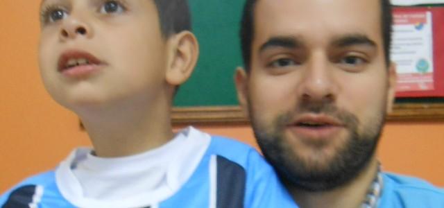 Kalleu faz acompanhamento na APAE Nazareth em Porto Alegre. No mundo agitado e cheio de sonhos do menino três cores predominam o azul, o preto e o branco. Kalleu ganhou sua camiseta oficial do Grêmio do voluntário Eduardo Cardoso.