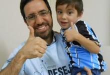 Yuri tem 4 anos e faz tratamento na AACD. Ele juntamente com sua mãe presente na ação estavam muito felizes pois enfim tinha chegado a hora do querido Yuri ganhar sua camiseta oficial do Grêmio. A ação contou com a participação do voluntário André Zanotta.
