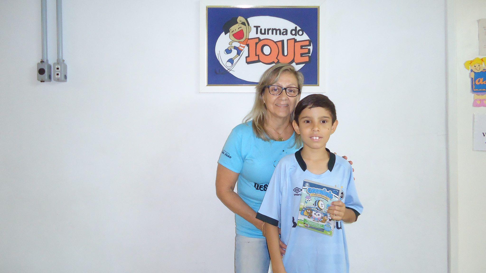 Benhur faz acompanhamento na Turma do Ique em Santa Maria. Quem ajudou a levar o manto sagrado para este gremistão foram os voluntários Filipe Moro e Naira Machado.