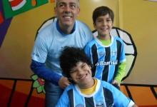 Jô tem 17 anos e faz tratamento no Educandário São João Batista. É uma gremistona de carteirinha e abriu um largo sorriso quando o voluntário Leandro Vidal e seu filho Pedro abriram para a menina a camiseta oficial do Grêmio bem como outros presentes azuis.