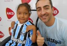 Júlia faz tratamento na AACD de Porto Alegre. A menina tem sete anos e além de guerreira tem personalidade pois das três irmãs é a única gremista. Por isso Júlia vestia orgulhosa a camiseta oficial do Grêmio que ganhou do voluntário José Vicente Contursi.