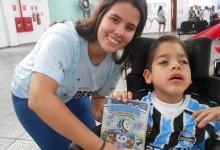 Gabriel faz tratamento na Kinder. Ele ganhou sua camiseta do Grêmio na véspera de um final de semana muito importante, afinal o menino pode se tornar no domingo campeão gaúcho. Gabriel ganhou o manto tricolor da voluntária Vanessa Frtzen.