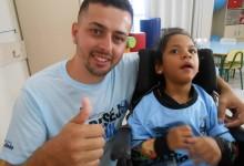 Milena faz tratamento na Kinder. É uma linda gremistinha que não parou um instante quieta enquanto a ação era realizada. Estava muito feliz e entusiasmada enquanto o voluntário Matheus Lopes entregava a ela a camiseta oficial do Grêmio.