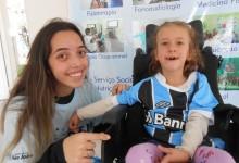 Kamille faz tratamento na Cerepal. A menina tem cinco anos e é uma simpatia de gremista. Abriu um largo sorriso quando a voluntária Luiza Coutinho entregou nas suas mãos a camiseta oficial do Grêmio