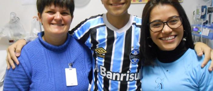 Adriel está fazendo tratamento no Instituto de Cardiologia. Fez uma cirurgia bem sucedida e agora espera pela recuperação. Enquanto isso ele assiste e torce pelo Tricolor com a camiseta oficial do Grêmio que ganhou da voluntária Everlise Sanches.
