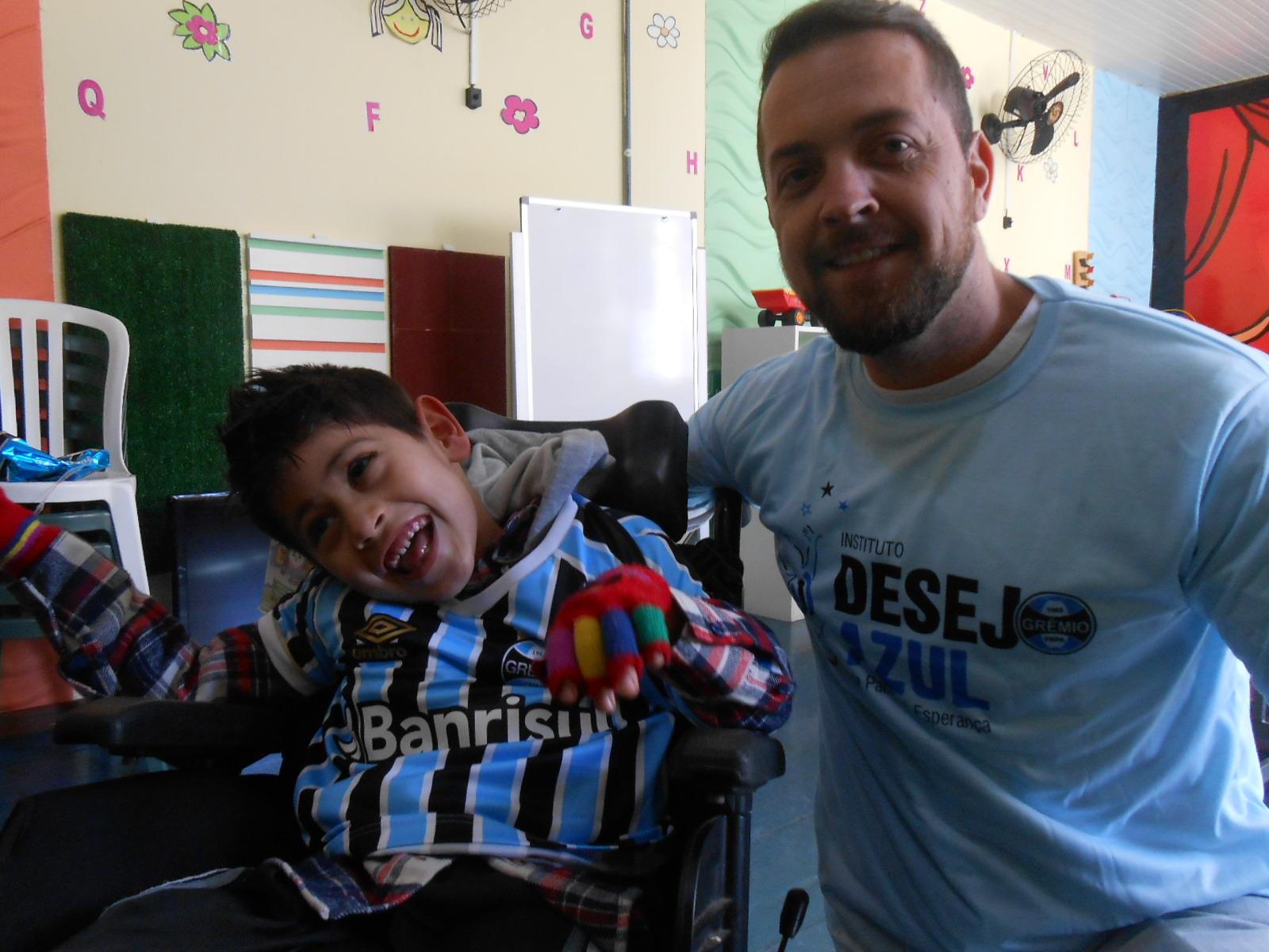 Luciano faz tratamento no Educandário São João Batista. Mesmo com a temperatura baixa que está fazendo saiu de Eldorado do Sul para estudar e receber sua camiseta do Tricolor bem como um DVD dos Greminis do voluntário Felipe Schimidt.