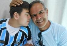 Manoel faz tratamento na Kinder. É um menino muito afetivo, querido e apaixonado pelo Tricolor, assim como seu tão presente pai que estava na ação. E coube ao voluntário Claudio Mello fazer a entrega da camiseta oficial do Grêmio para o Manoel, numa ação que emocionou a todos.