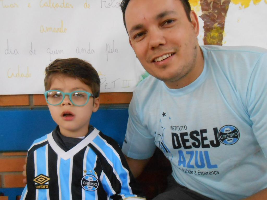 Gabriel tem 5 anos e estuda na Apae Nazareth em Porto Alegre. É um grande gremista e estava ansioso para receber sua camiseta do Tricolor. O menino estava inquieto e não via a hora de abir o presente que lhe foi dado pelo voluntário Wagner Silva. A camiseta do Grêmio combinou com seu estiloso óculos azul.