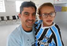 Não poderia ser mais apropriado para o dia de hoje. Quem foi a ganhadora da camiseta do Grêmio na CEREPAL foi a linda Vitória. Uma menina que esbanja simpatia e alegria. Doce como poucas e que vibra com o Grêmio como o seu pai. Vitória é tudo que queremos para essa gremista e para o nosso Tricolor. A menina ganhou a camiseta do Grêmio do voluntário Augusto de Souza Alves.