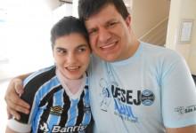 Paula é uma grande gremista. Apaixonada pelo Tricolor. Para ela o Grêmio é puro sentimento e emoção. A menina faz tratamento na Kinder e ganhou a sua camiseta oficial do Grêmio do voluntário Sandro Requena.