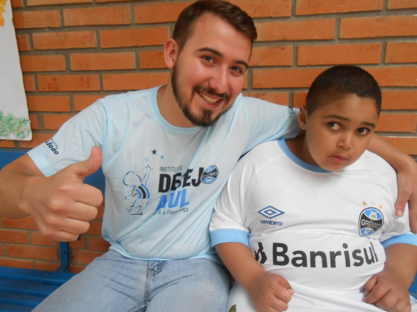 Ronald tem 7 anos e faz acompanhamento na Apae Nazarth em Porto Alegre . Dentro de seu mundo a parte o Tricolor tem um lugar de destaque no seu coração. Assim como o seu pai, Ronald é muito gremista. Ronald ganhou a camiseta branca oficial do Grêmio do voluntário Leonardo Machado.
