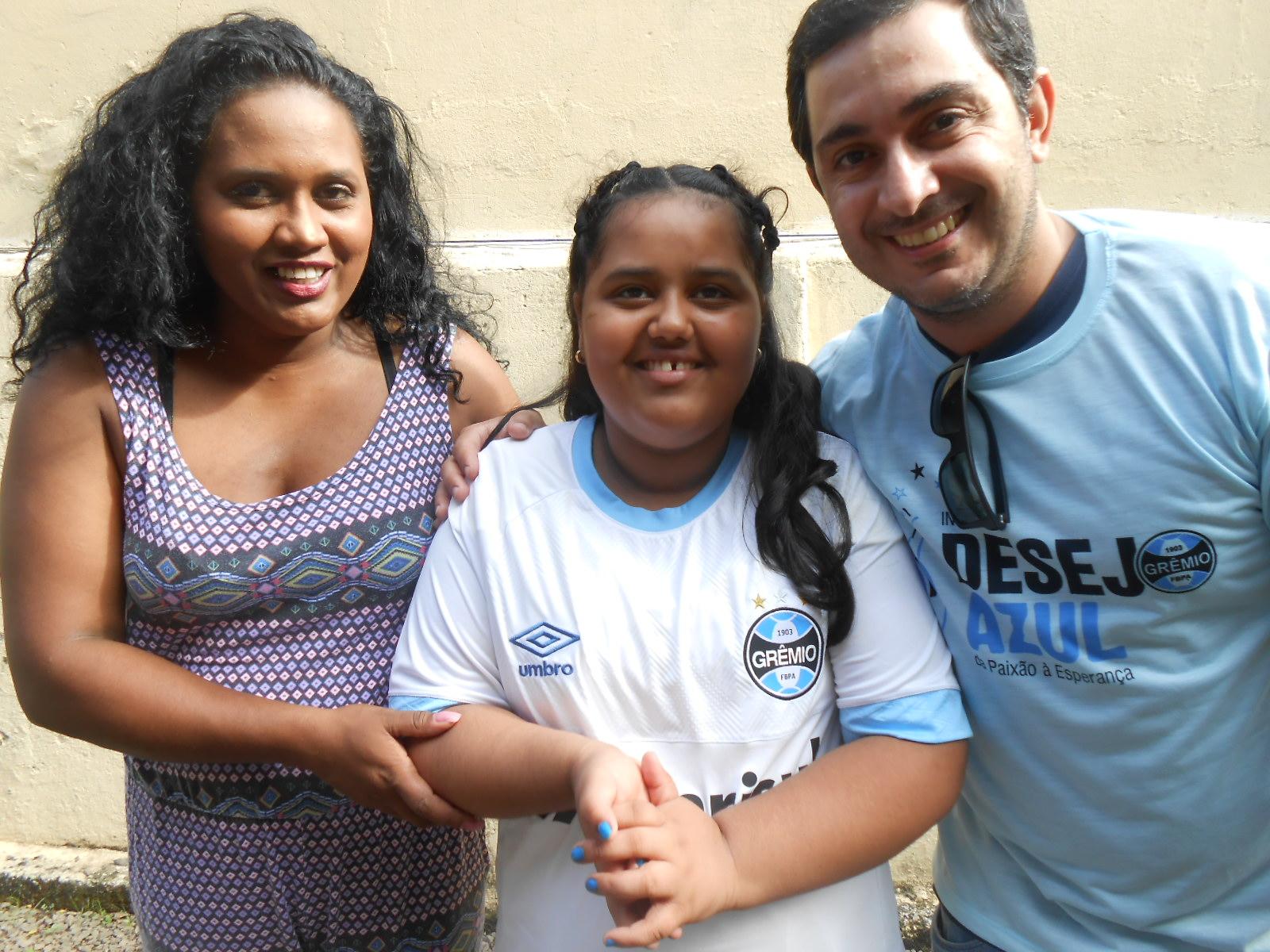 Júlia mora em Porto Alegre e queria ganhar uma camiseta do Grêmio. Uma camiseta oficial, dessas que os jogadores usam no campo. E com a colaboração do voluntário Cristiano Viana levamos até a residência da menina uma camiseta branca oficial do tricolor,para a a alegria da Júlia, sua mãe e sua avó.