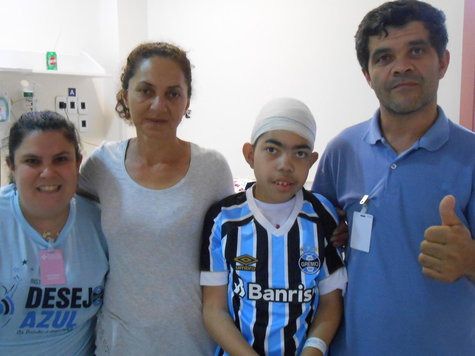 Vinícius faz tratamento no Hospital São Lucas da PUC. Passou por uma cirurgia que com certeza irá mudar sua qualidade de vida. E como estimulo antes de receber alta recebeu da voluntária Bianca Rosito Machado uma camiseta oficial do Grêmio.